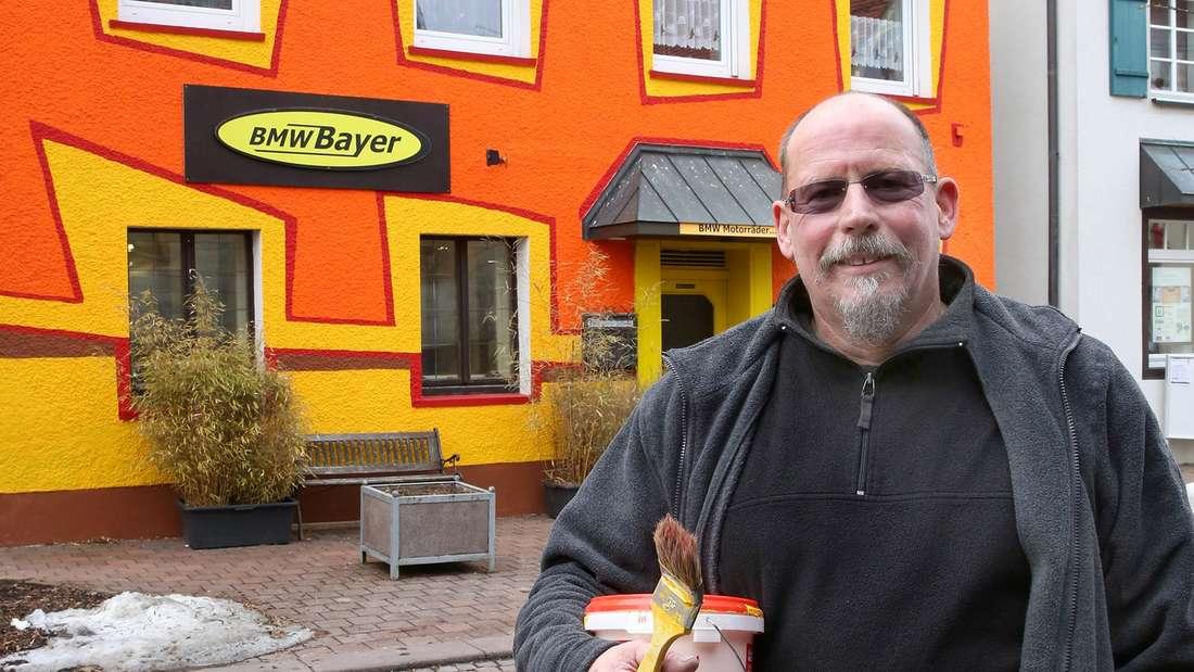 Georg Bayer vor seinem Haus.