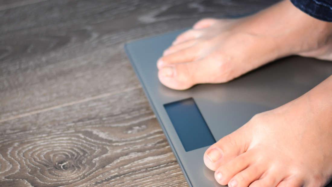 Fehler 4: Angezogen wiegen. Dabei kann eine Jeans alleine schon ein Kilo wiegen. Besser: Immer nackt auf die Waage.