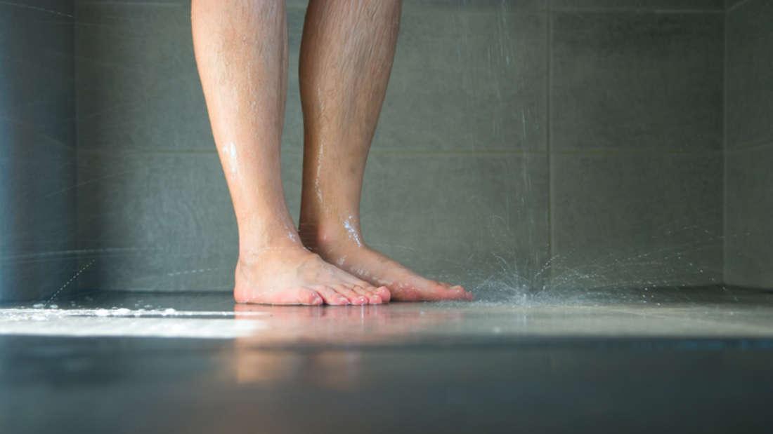 Fehler 5: Mit feuchten Füßen auf die Körperfettwaage. Die Analyse wird von einer hohen Luftfeuchtigkeit ebenso beeinflusst wie von feuchten Füßen. Also besser vor dem Duschen auf die Waage – das senkt auch das Risiko, auszurutschen.