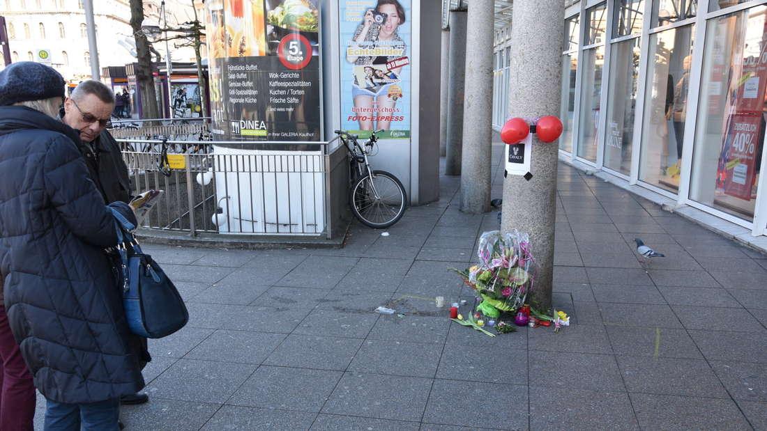 Immer mehr Bürger legen Blumen nieder, halten an der Unglücksstelle inne.