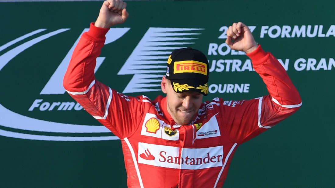 Jubel auf dem Siegespodest: Sebastian Vettel feiert seinen Triumph.