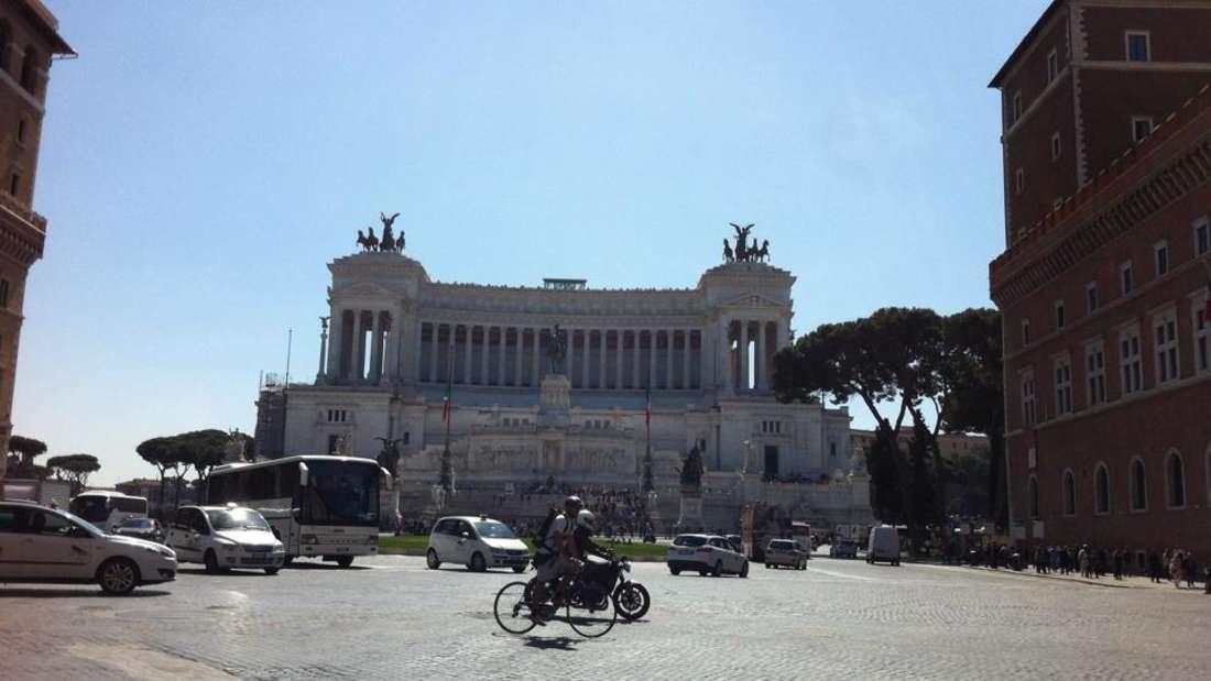 """Das Vittorio-Emanuele-Monument: Die von Römern scherzhaft genannte """"Schreibmaschine"""" befindet sich an der Piazza Venezia."""