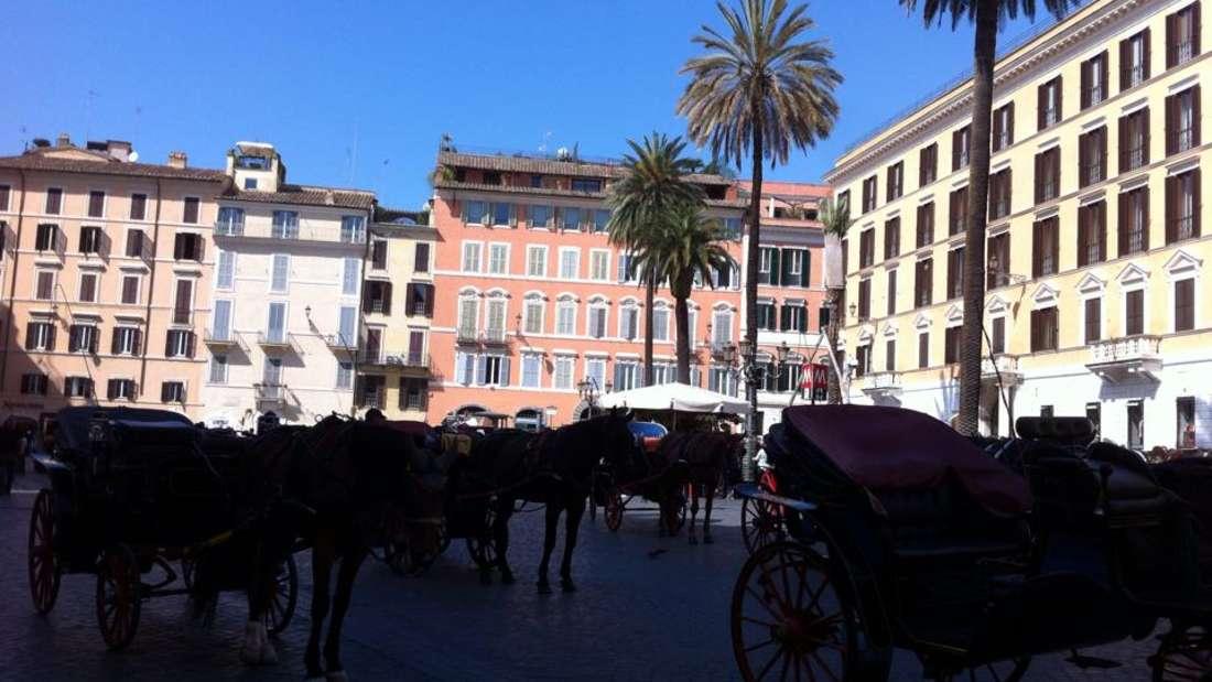 Eine Kutschfahrt durch Rom ist nicht ganz günstig und durch das viele Kopfsteinpflaster eine wackelige Angelegenheit - umso schöner ist aber die Stimmung, die dabei aufkommt.