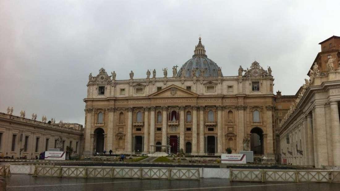 Der Petersdom - oder Basilica Sancti Petri in Vaticano - ist eine der bedeutendsten Kirchen der Welt. Der Dom fasst rund 20.000 Menschen und damit eines der größten Kirchengebäude weltweit.