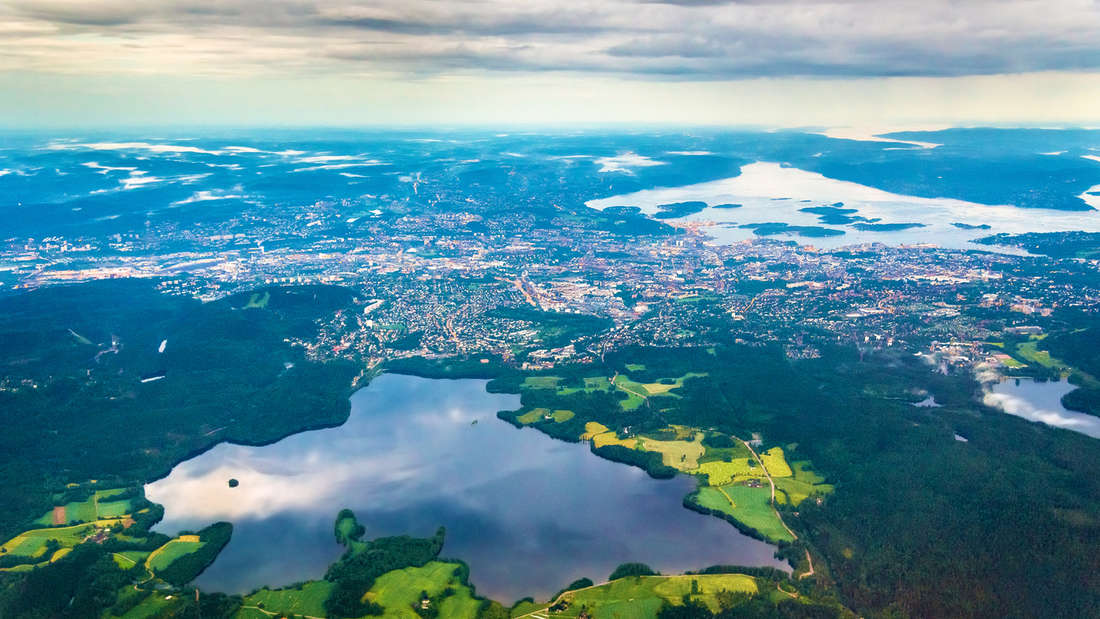 Oslo von oben: Norwegens Hauptstadt wird von einem Fjord und einem riesigen Waldgebiet eingebettet.
