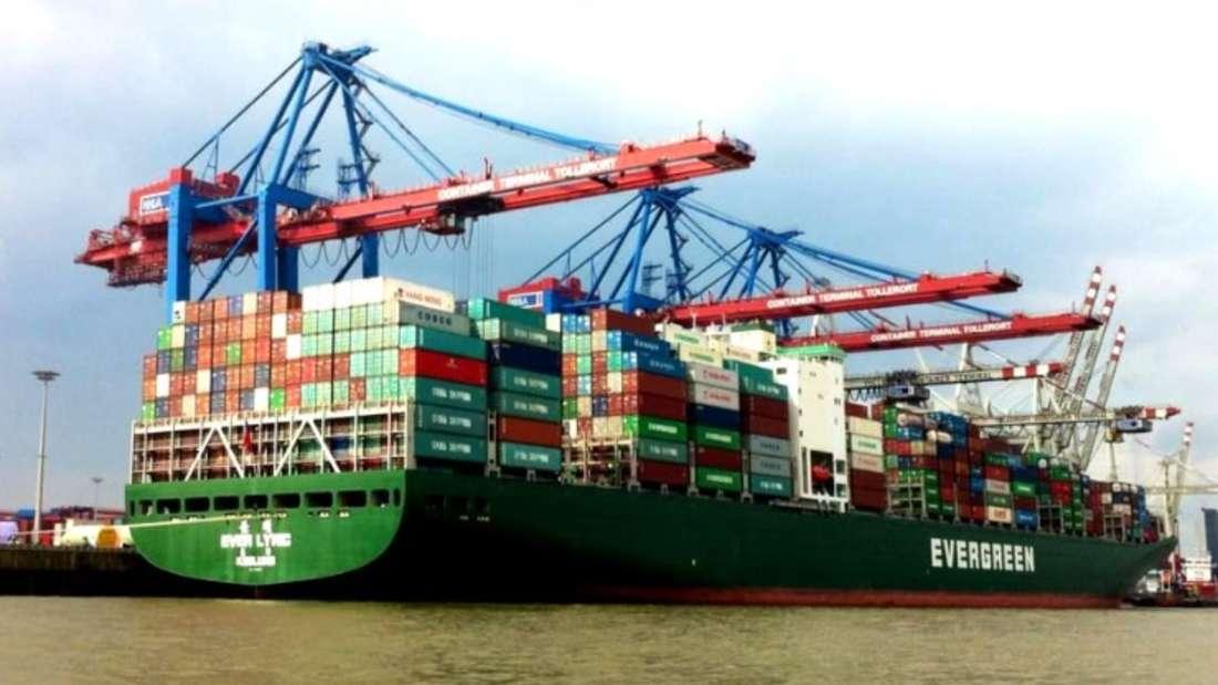 Eine Rundfahrt durch den Hafen von Hamburg gibt einen Einblick auf die großen Frachtschiffe, die weltweit Waren im- und exportieren.