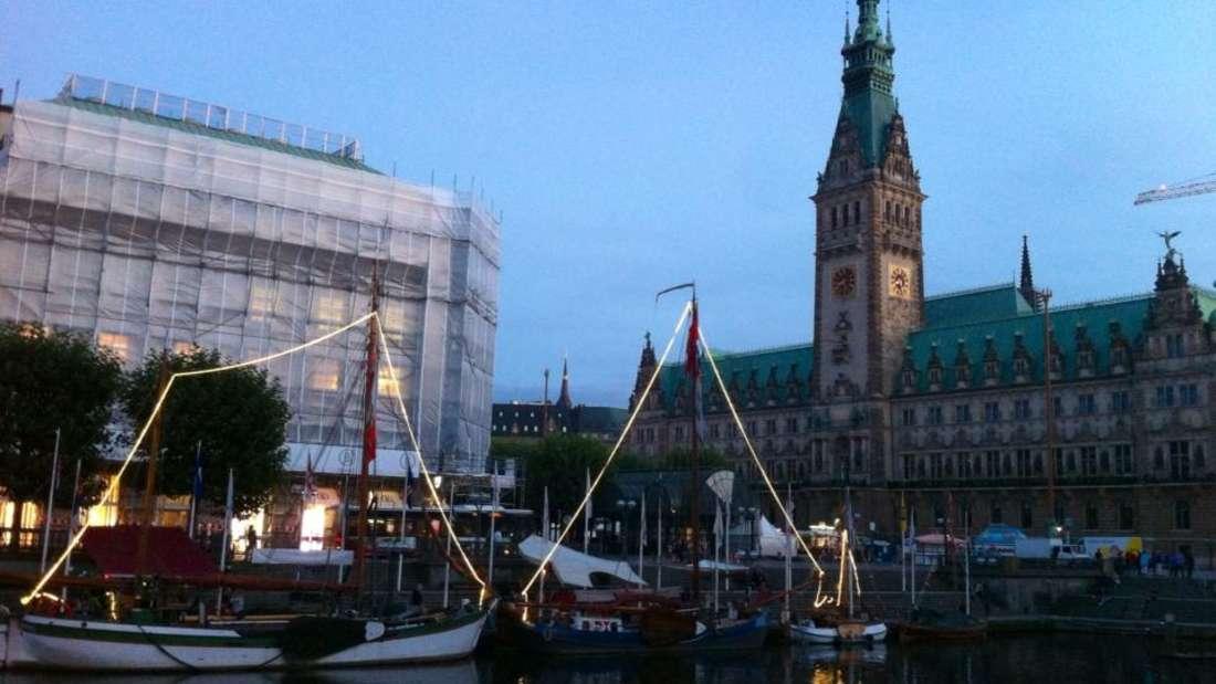 Erleben Sie Hamburgs unvergleichliche Stimmung bei Nacht.
