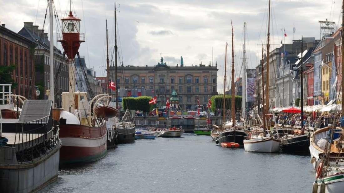 Nyhavn istein reizendes Hafenviertel mit vielen Restaurants, Bars und Geselligkeit.