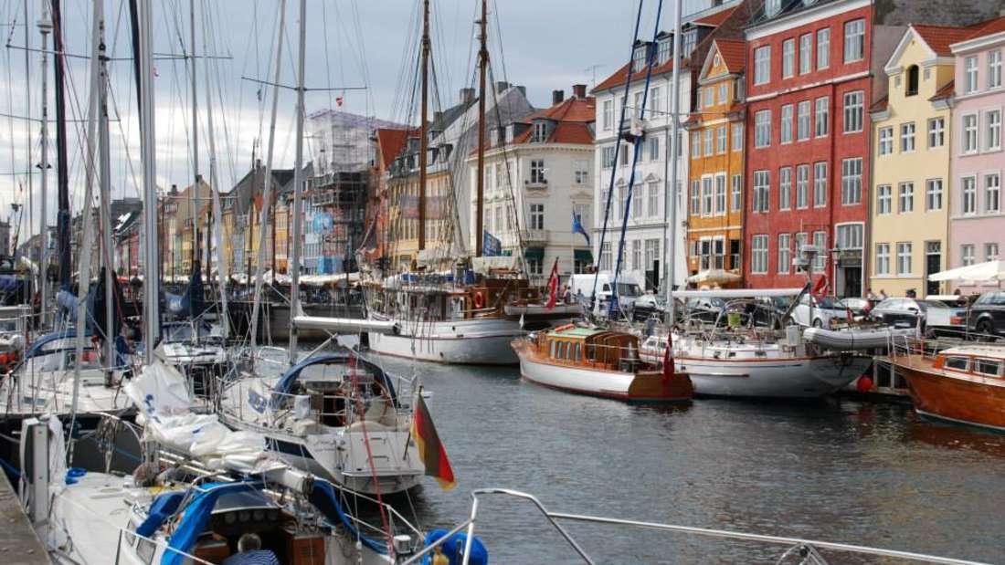 Ein Spaziergang durch Kopenhagens Viertel Nyhavn weckt neue Lebensgeister.