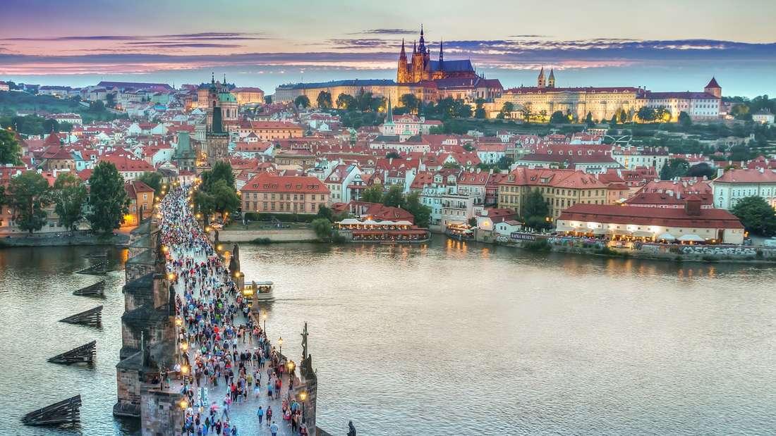 Der Blick auf die Karlsbrücke und die Prager Burg.