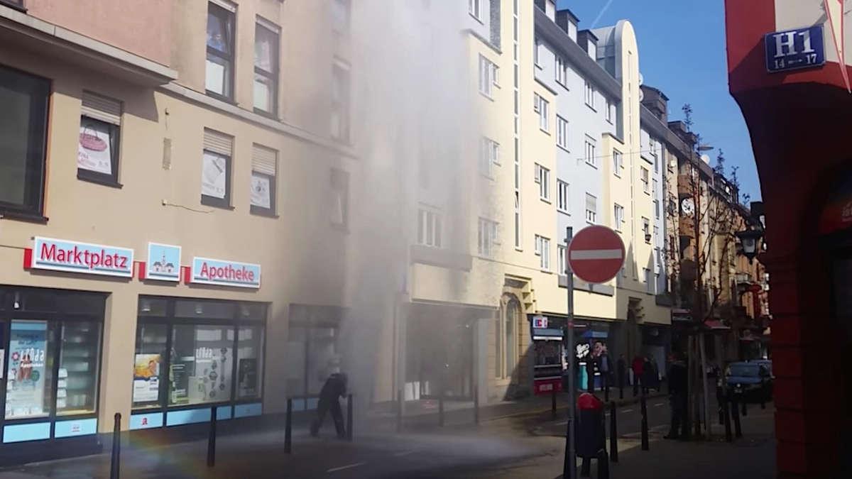 mannheim innenstadt am marktplatz schie t wasserfont ne aus hydrant 15 meter in die h he mannheim. Black Bedroom Furniture Sets. Home Design Ideas