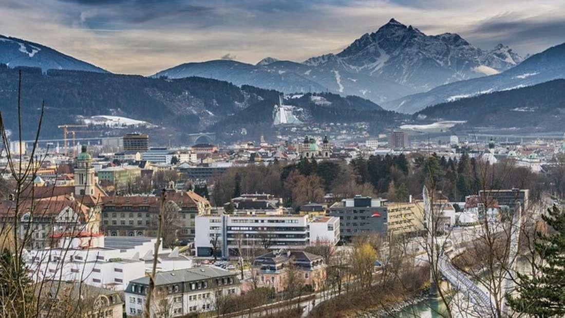 Innsbruck fasziniert Reisende mit einer Mischung aus urbanem Flair und Alpenpanorama.