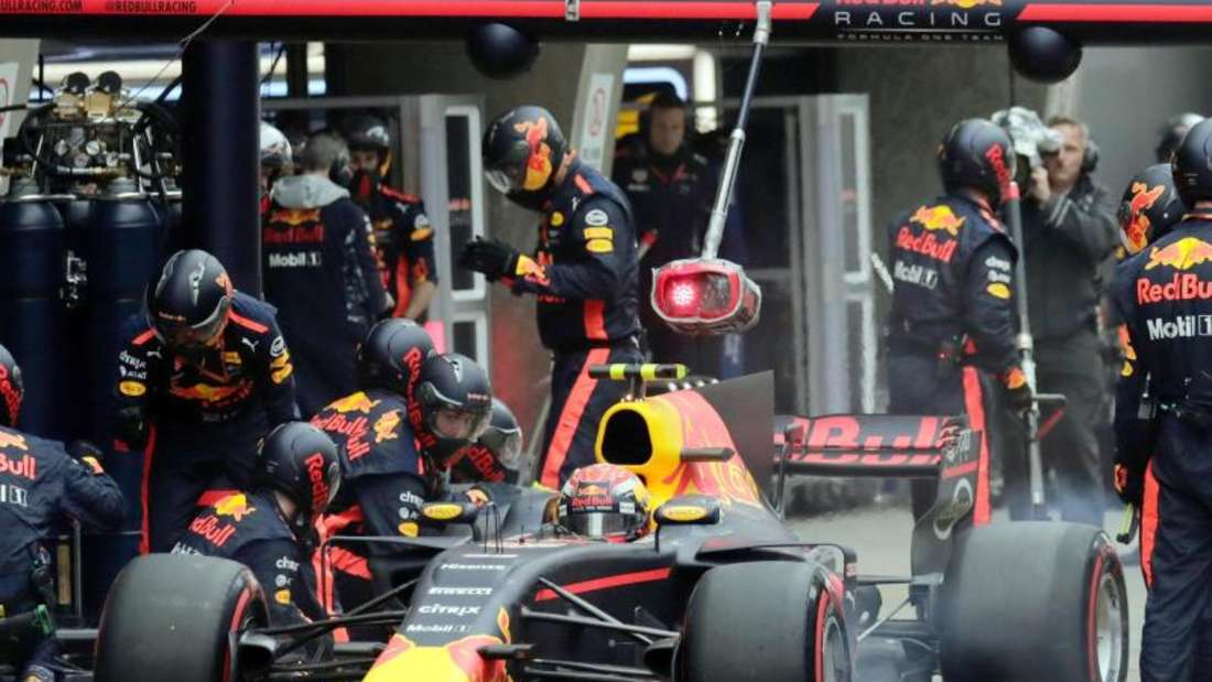 Großer Preis von China: Red-Bull-Pilot Max Verstappen sitzt während eines Boxenstopps in seinem Rennwagen. Foto: Andy Wong