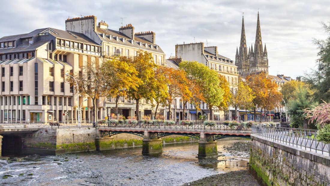 Romantische Brücken und eine beeindruckende Kathedrale: So zauberhaft ist Quimper in der Bretagne.