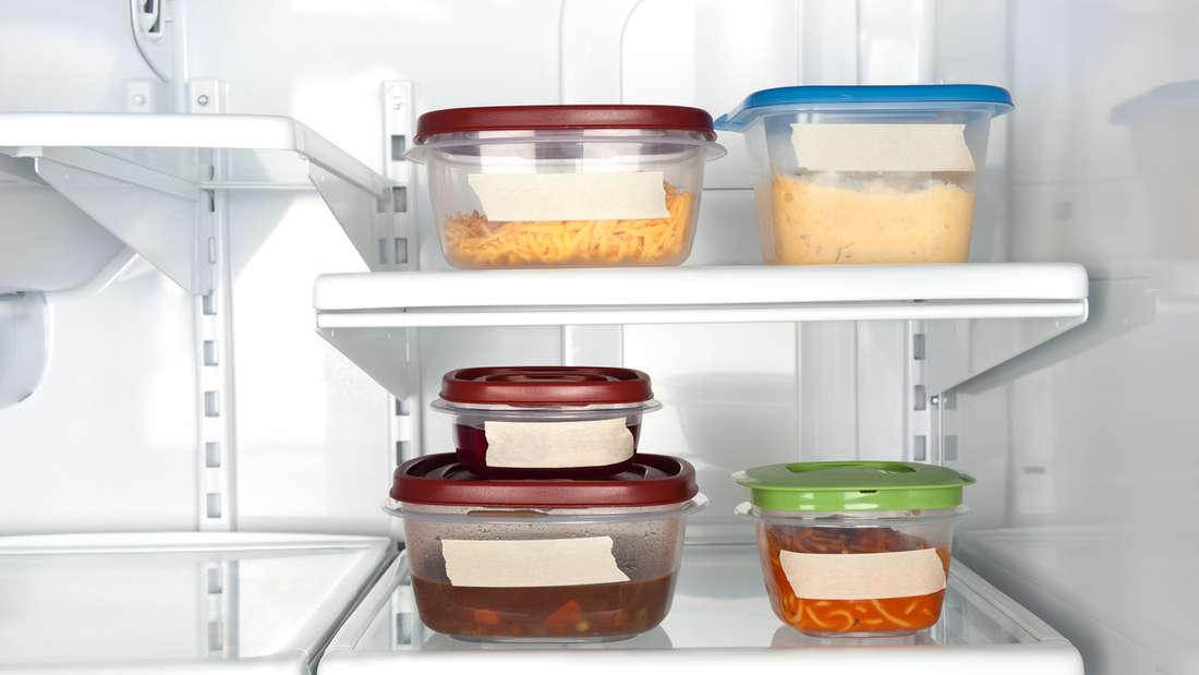 """Behälter aus Plastik sollten alle acht bis zwölf Monate neu gekauft werden. Durch häufiges Waschen oder Aufwärmen in der Mikrowelle tritt der Weichmacher Bisphenol A heraus - und der ist krankheitserregend. Behälter mit der Kennzeichnung """"BPA free"""" sind frei von dieser Substanz."""