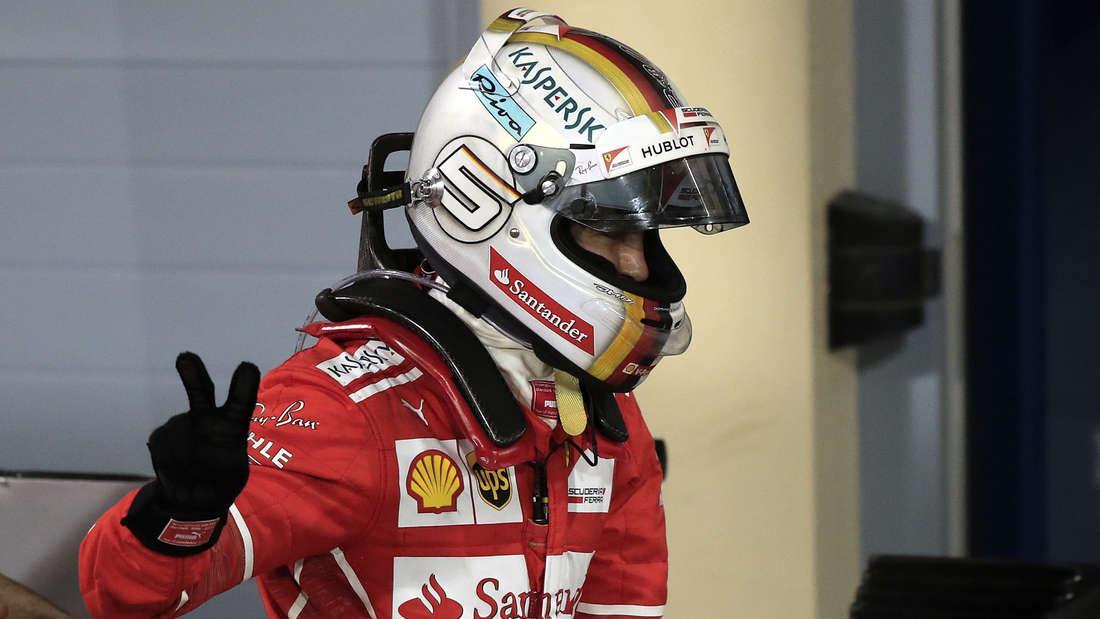 Lässiger Sieger: Sebastian Vettel zeigt nach dem Rennen in Bahrain das Victory-Zeichen.