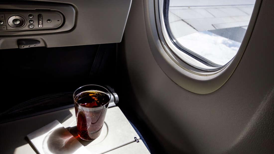 Eine Cola, hoch oben über den Wolken - kann unangenehme Nebenwirkungen haben.