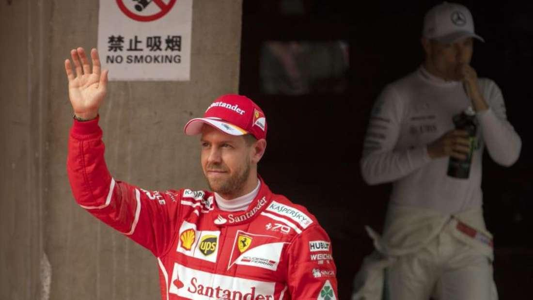 Sebastian Vettel (l.) möchte den WM-Kampf bis zum letzten Rennen offen halten. Foto: Mark Schiefelbein