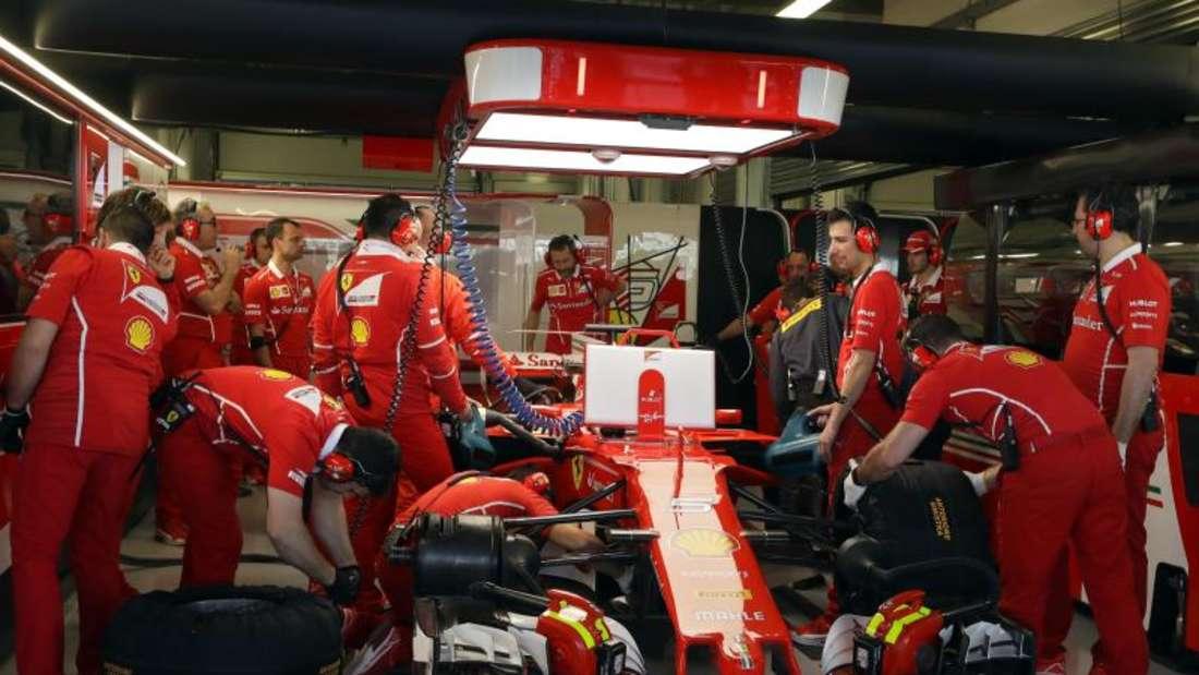 Die Ferrari-Mechaniker arbeiten amBoliden von Sebastian Vettel. Foto: Sergei Grits