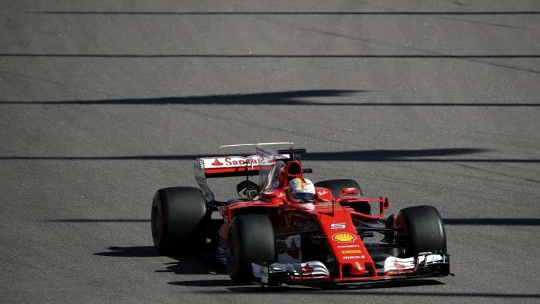 Ferrari-Pilot Sebastian Vettel startet in Sotschi von der Pole Position in den GP von Russland. Foto: Pavel Golovkin