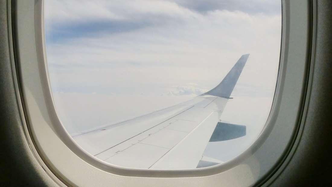 Fensterläden müssen während Start und Landung im Flugzeugimmer oben sein.