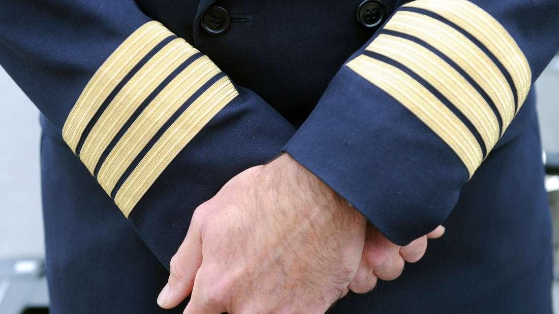 Piloten dürfen während des Fluges nicht das Gleiche essen: Das ist zwar keine offizielle Regelung, wird aber von Piloten gerade auf Langstreckenflügen berücksichtigt. Der Grund: Um einer möglichen Lebensmittelvergiftung vorzubeugen, wird verschiedenes Essen serviert.