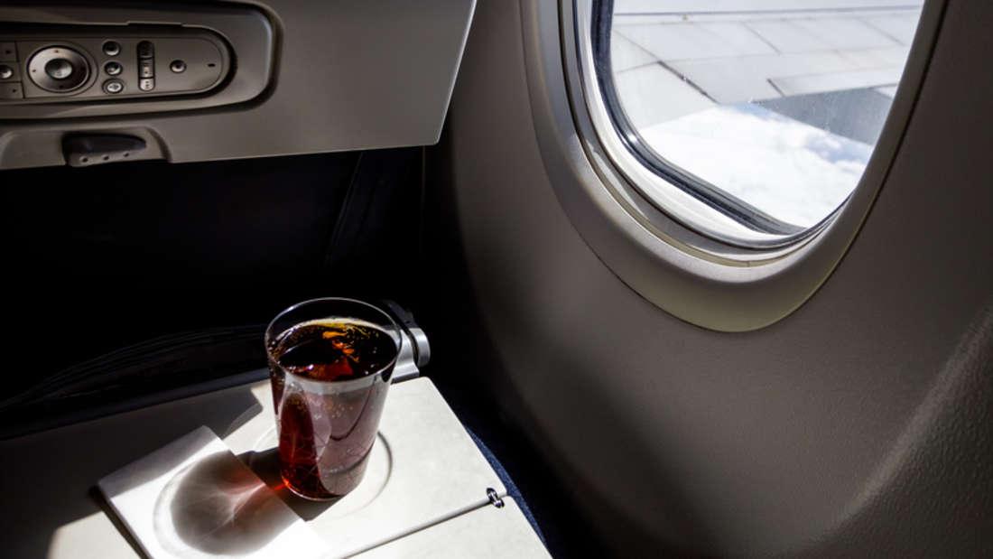 """Kennen Sie den Begriff """"Boeing Belly""""? Getränke mit viel Kohlensäure können im Flugzeug Blähungen auslösen. Schuld daran sind die Druckverhältnisse in der Luft."""