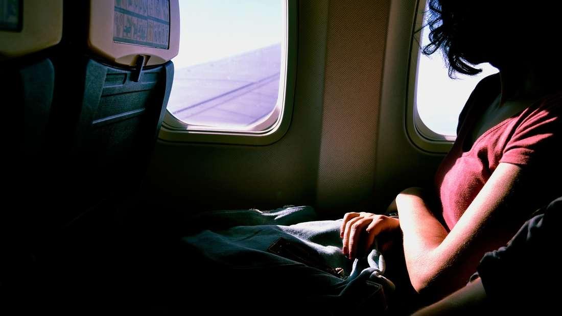 Jedes Flugzeugfenster hat ein kleines Loch: Es stellt eine Art Entlüftungsventil dar und sorgt dafür, dass die Luft im Steigflug heraus- und im Sinkflug hineinströmen kann. Dadurch wird im Flugzeug der richtige Luftdruck aufrecht erhalten.
