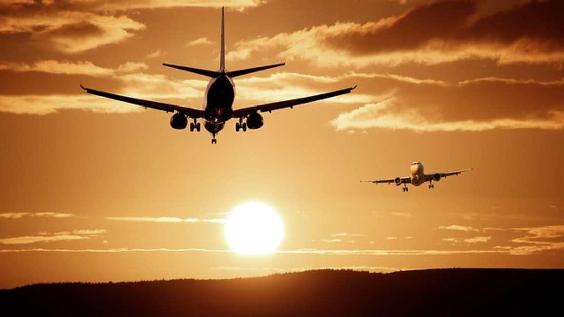 Fensterläden im Flugzeug sind bei Start und Landung offen: Denn die Crew muss im Notfall freie Sicht nach draußen haben.