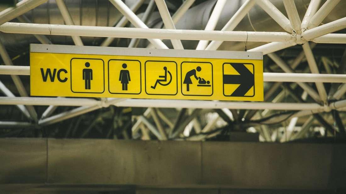 An Flughäfen kommen täglich tausende Reisende aus der ganzen Welt an. Die Anzahl an Keimenist daherbesonders hoch. Waschen Sie sich also auf Flughafen-Toiletten besonders gut die Hände.