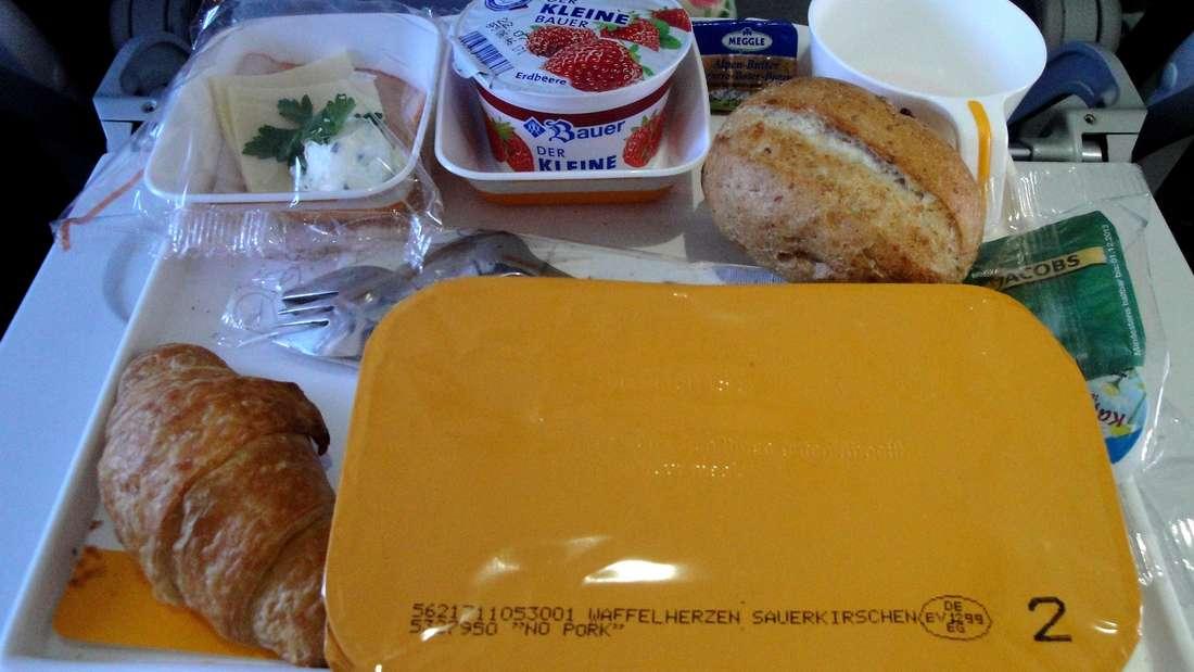 Flugzeug-Essen ist gar nicht so richtig lecker - und schmeckt uns trotzdem. Woran liegt das?