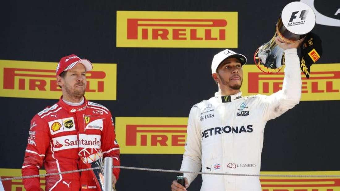 Lewis Hamilton (r) und Sebastian Vettel lieferten sich in Barcelona ein packendes Duell. Foto: Manu Fernandez