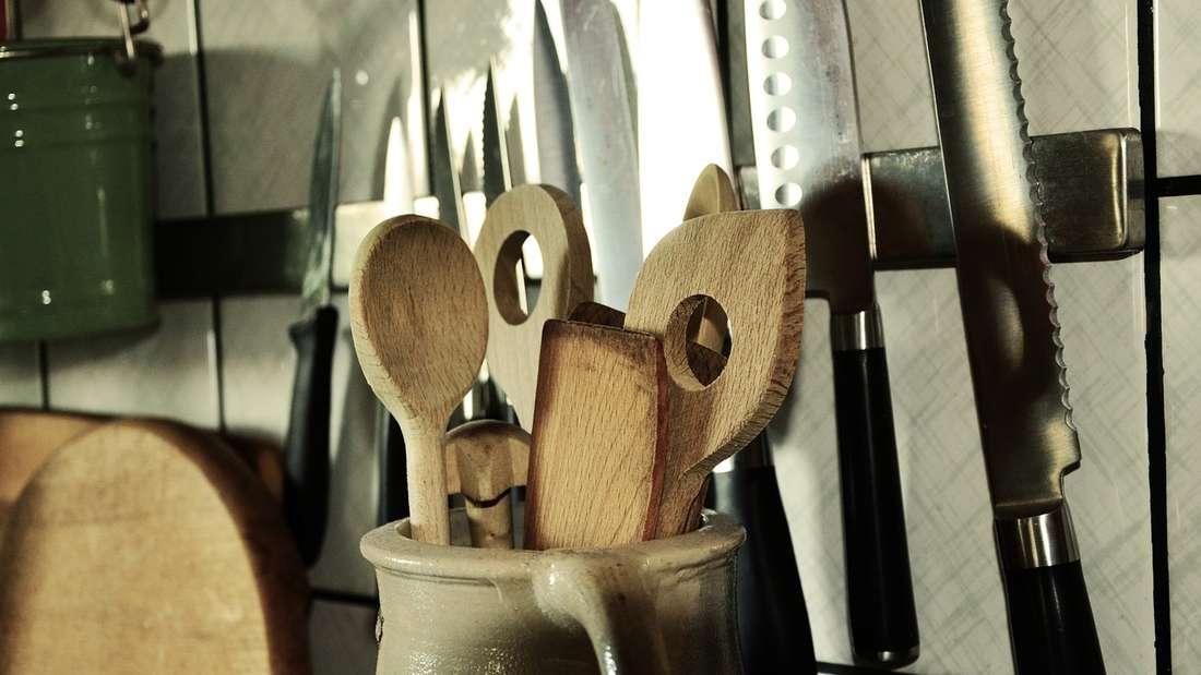 Viele halten Kochlöffel aus Plastik für hygienischer als welche aus Holz. Doch aus dem Kunststoff können sich kleine Partikel ablösen, die dann im Essen landen. Außerdem ist Holz besser für die Umwelt.