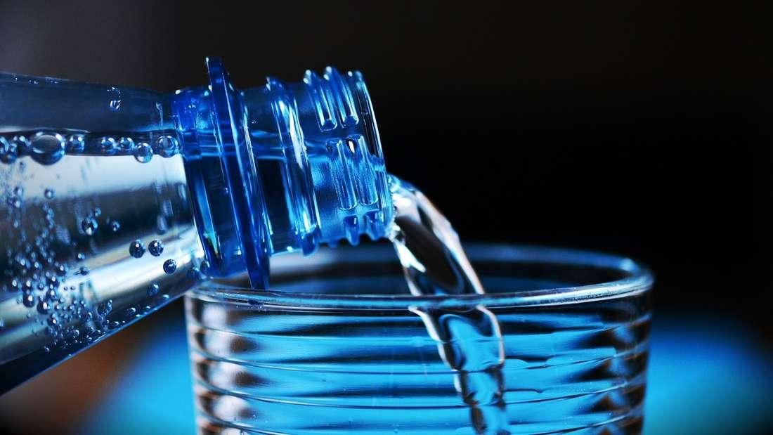 Fast in ganz Deutschland können Sie Leitungswasser bedenkenlos trinken. Wenn Sie sich Wasser aus dem Hahn abfüllen, können Sie sich Plastikmüll sparen.