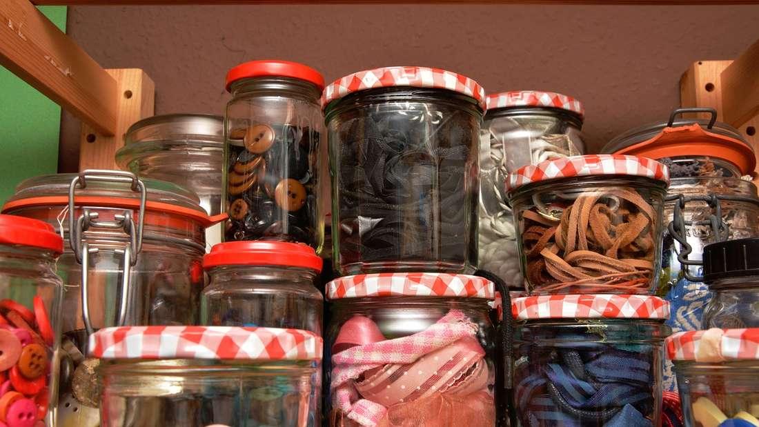 Zu Hause können Sie leere Schraubgläser verwenden, um Lebensmittel darin aufzubewahren. Damit können Sie auf Alu- oder Plastikfolie verzichten.