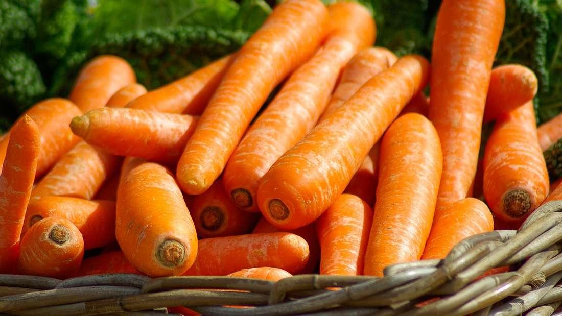 Gemüse und Obst können Sie im Supermarkt auch ohne Plastiktüte kaufen. Manche Früchte kommen praktischerweise mit eigener Verpackung daher - Orangen oder Bananen beispielsweise.