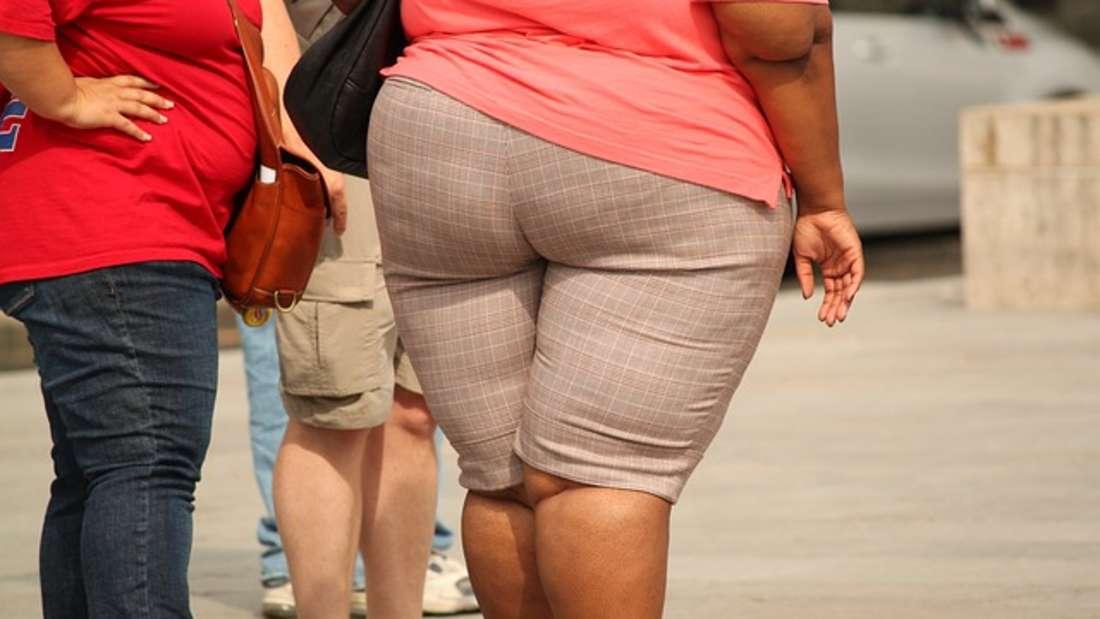 Gewicht: Fies, aber wahr - Männer verdienen mehr, wenn sie übergewichtig sind, Frauen weniger. Das fanden Forscher der Universität New York heraus. Dabei verdienen Männer am meisten, wenn sich ihr BMI von 23 bis kurz vor der Fettleibigkeit einpegelt.