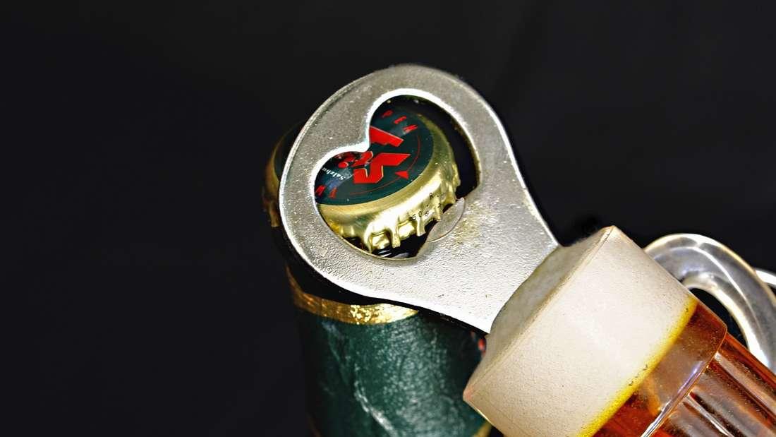 Verpackungen oder Flaschen mit dem Mund öffnen: So wie im Bild sollte eseigentlich sein. Doch viele Menschen öffnen Bierflaschen oder andere Verpackungen mit den Zähnen. Das sollten Sie besser lassen, da die Materialien theoretisch splittern könnten. Auf alle Fälle ist das Öffnen von Verpackungen schädlich für die Zähne. Ähnlich ist es mit dem Stifte oder Fingernägel kauen.