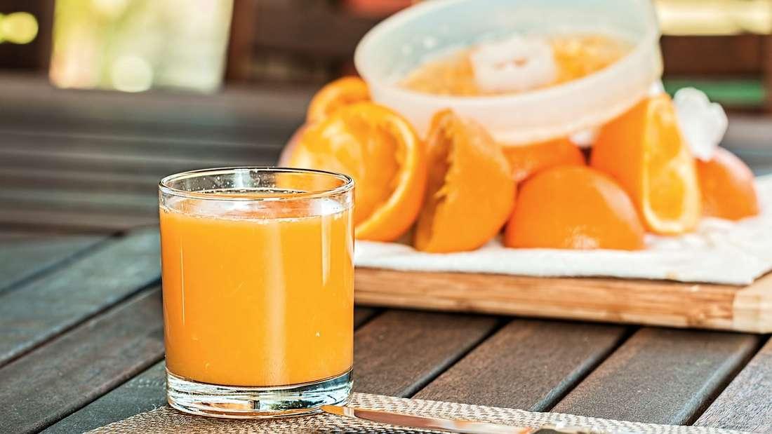 Fruchtsäfte: Das Problem bei Fruchtsäften ist der teilweise hohe Zuckergehalt. Orangensäfte enthalten manchmal nur unwesentlich weniger Zucker als Limonaden.