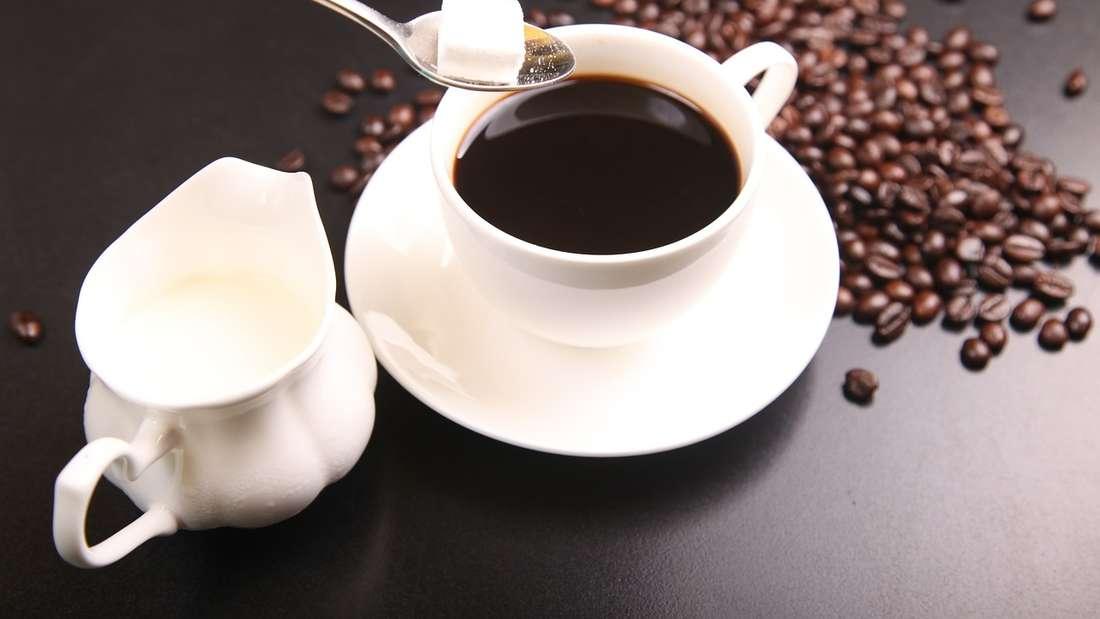 Kaffee: Es ist kein Geheimnis. Kaffee sorgt für Verfärbungen der Zähne. Das gleiche gilt für das ...