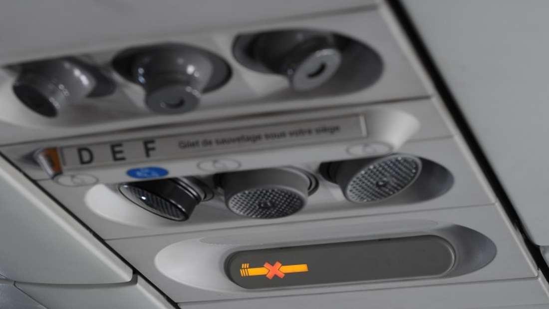 Obwohl man an Bord von Flugzeugen seit langer Zeit nicht mehr rauchen darf, gibt es immer noch Nichtraucher-Zeichen in der Kabine.
