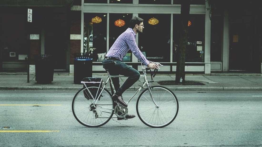 Wer regelmäßig mit dem Rad anstattmit dem Auto in die Arbeit fährt, muss weniger Benzin zahlen. Dadurch bleibt Ihnen Ende des Monatsviel Geld übrig - bis zu 200 Euro mehr.