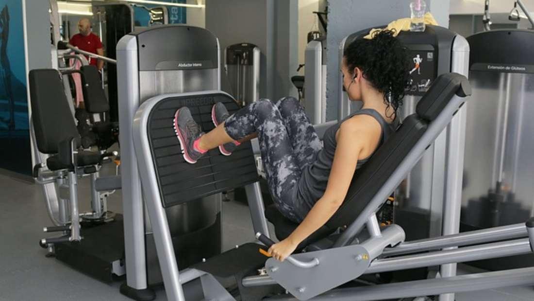 Viele zahlen eine Menge Geld für Fitnessstudios - doch gehen kaum hin, besonders nicht in den Sommermonaten. Kostenlose Fitness-Apps sind oftmals genauso gut - und Sie sparen sich pro Monat 50 bis 80 Euro.