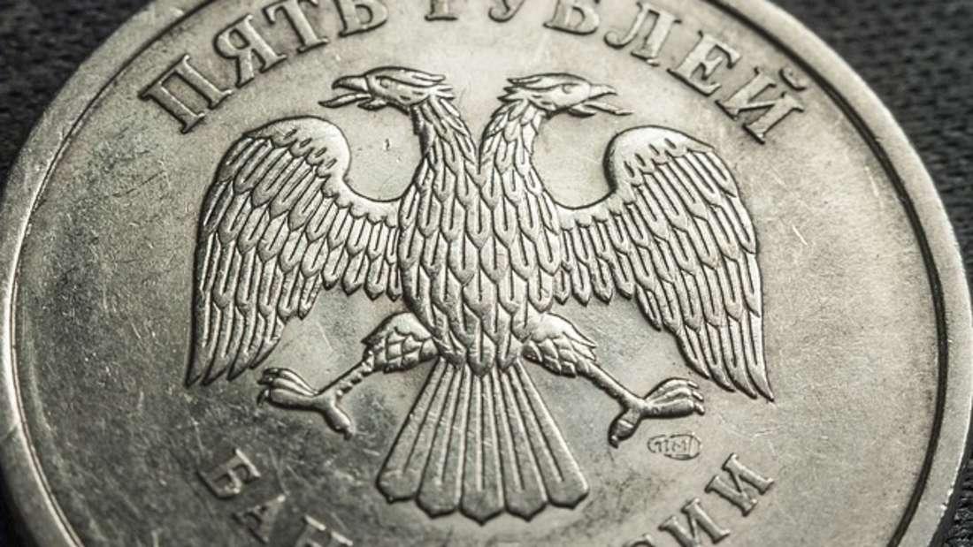 """Der Rubel ist der Name der nationalen Währungen in Russland, Weißrussland und Transnistrien. Seine Geschichte soll bis ins Jahr 1321 reichen. Das Wort """"Rubl"""" hat seinen Ursprung in der Bedeutung """"abgehauenes (Stück)"""" eines edlen Metalls und bezeichnet damit das sogenannte Hacksilber."""