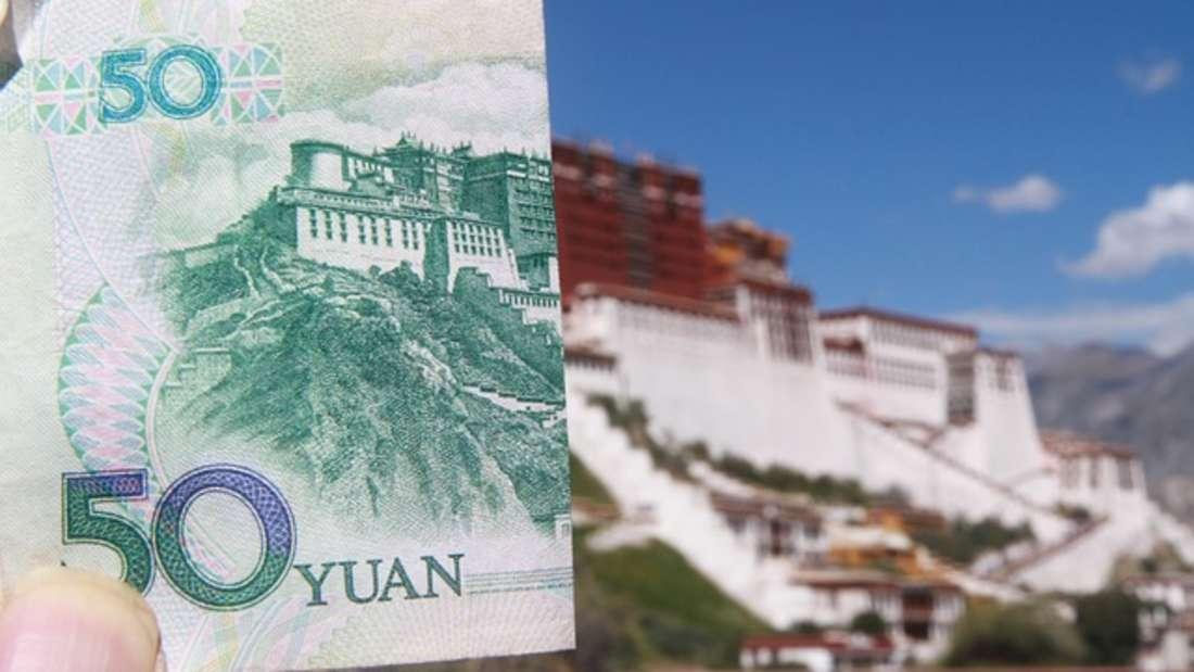 Mit demRenminbi, im Westen auch Yuan genannt, wird in der Volksrepublik China gezahlt. Es gilt als Volksgeld - doch da viel Falschgeld im Umlauf ist, endet die Stückelung bereits bei 100 Yuan. Damit soll das Fälschen von hohen Beträgen unmöglich sein. Der Renminbi wurde erstmals 1949 von der kommunistischen Partei nach Gründung der Volksrepublik eingeführt.