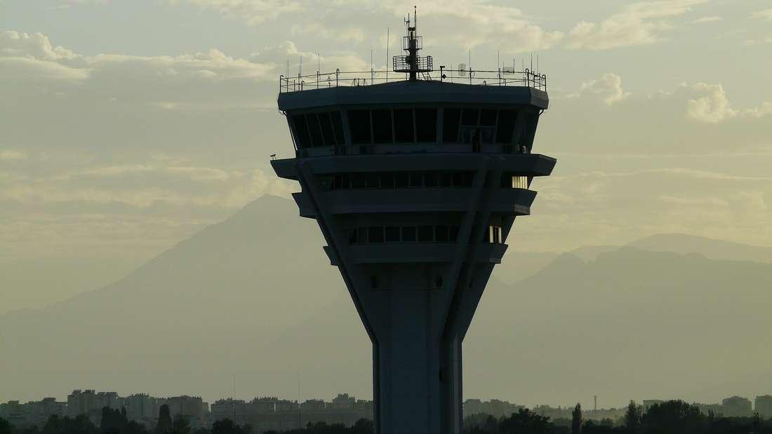 Der Tower ist der Arbeitsplatz eines Fluglotsen.