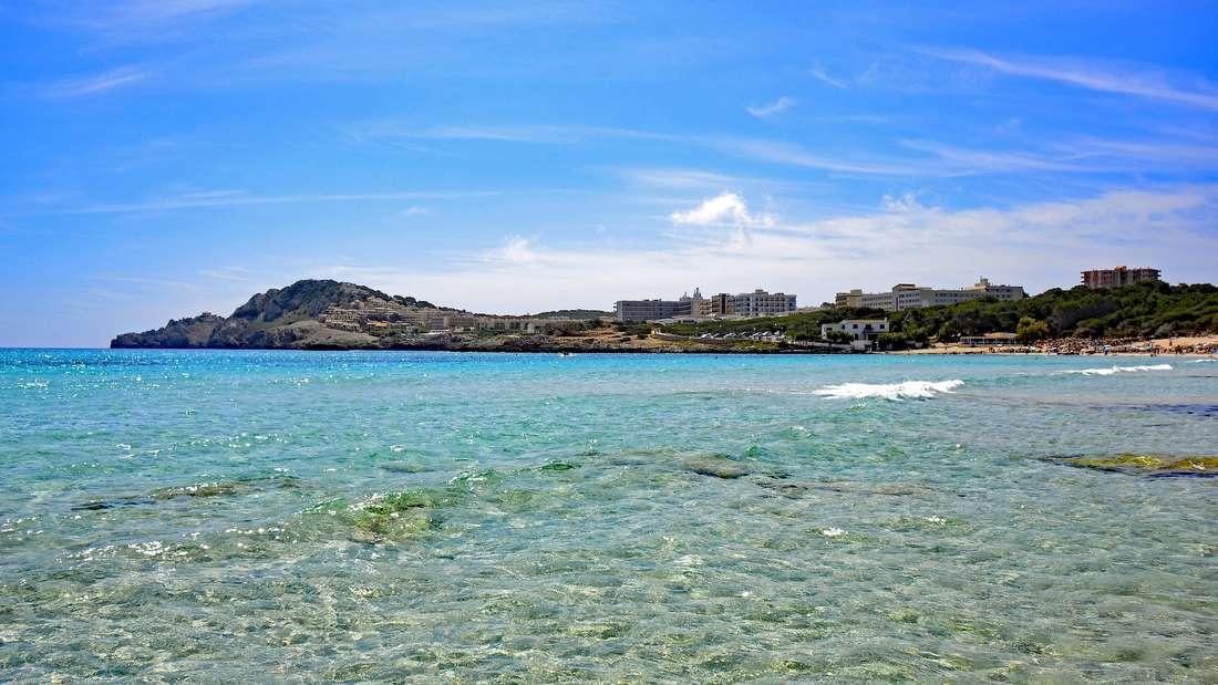 Cala Agulla liegt im Nordosten der spanischen Baleareninsel.