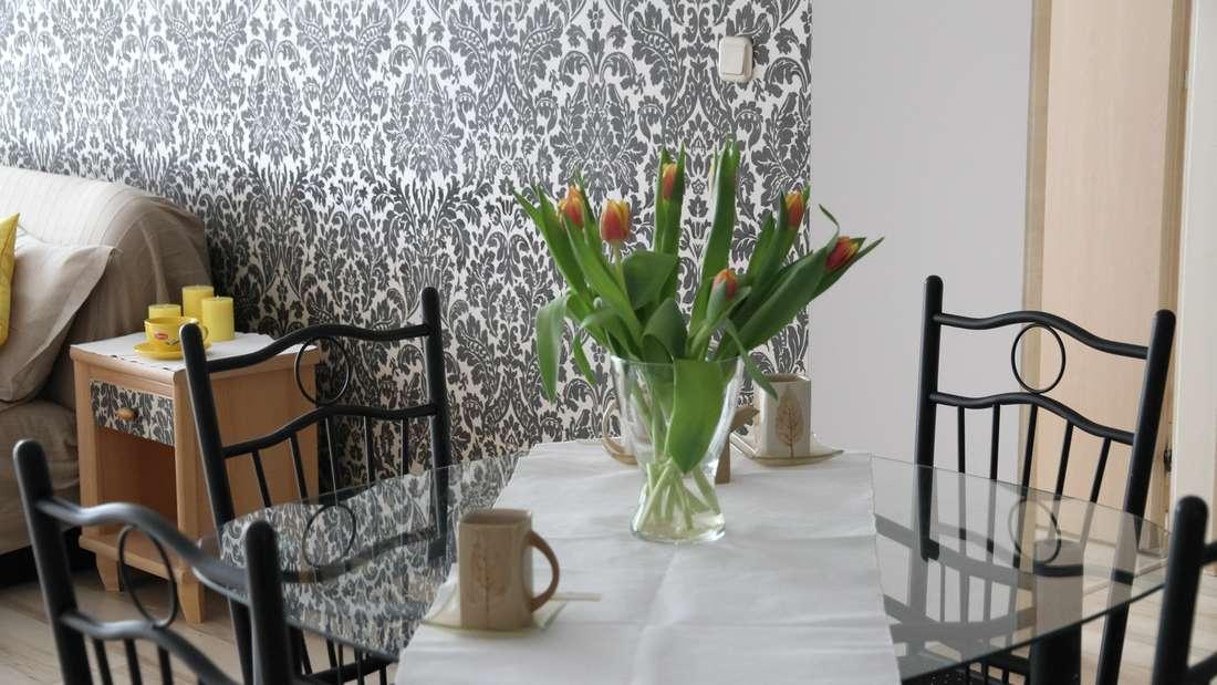 Falls Sie kein Fan von Tischdecken sind, aber auch keine nackten Flächen ertragen können, sollten Sie es mal mit einem Tischläufer ausprobieren. Sie sind dekorativ und stilvoll.