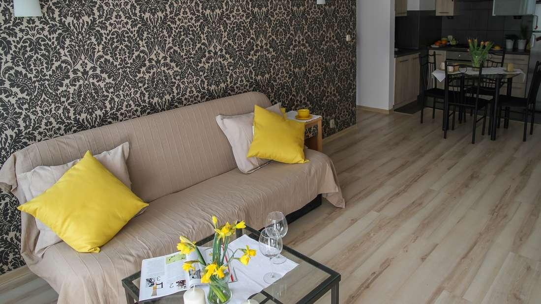 Ein leeres Sofa oder eine kahle Sitzecke wirken kalt und unpersönlich. Mit kuscheligen Kissen sorgen Sie für eine heimelige und wohnhafte Stimmung - außerdem können Sie in einem ansonstenlangweiligen Zimmer ein paar farbige Akzente setzen.