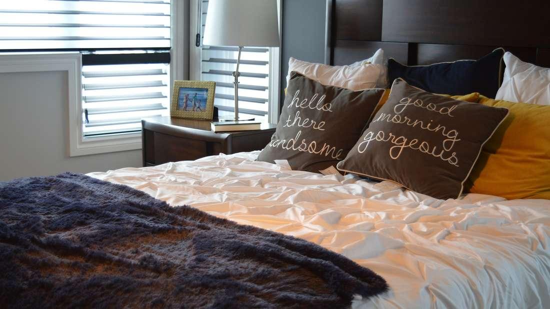 Nicht nur Kissen, sondern auch Decken aus Leinen oder Kaschmirbringen Wohnlichkeit in die Räume. Drapieren Sie sie aufSofas, Bettenoder Stuhllehnen, dann sorgen sie auch immer für ein wenig Wärme an den Abenden.